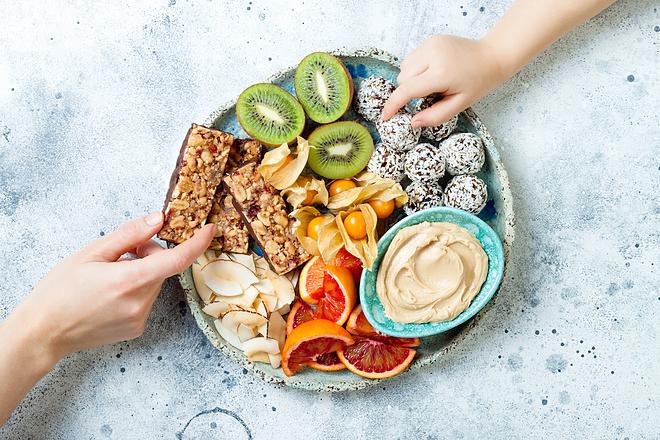 Ăn vặt lành mạnh sẽ giúp bạn kiểm soát trọng lượng dễ dàng hơn.