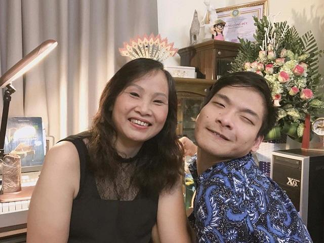 Sau khi biết con bị bệnh, mẹ Hùng nghỉ việc ở nhà để chăm sóc con. Ảnh: Nhân vật cung cấp.