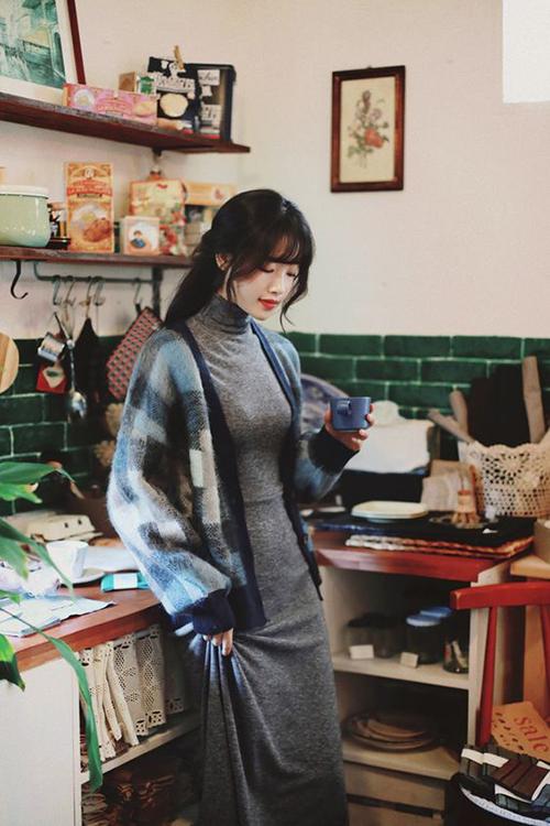 Váy cổ lọ thiết kế trên vải nỉ mỏng dành riêng cho các cô nàng có thân nhiệt thấp, hay bị cảm lạnh trong ngày mưa gió.