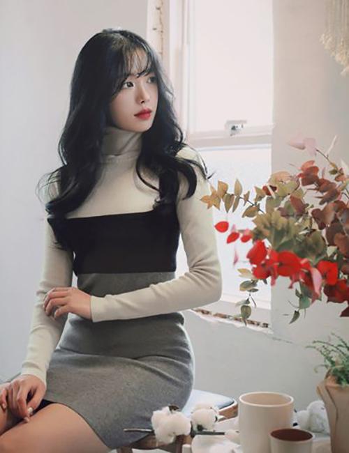 Áo cao cổ vải len thun có thể sử dụng cùng chân váy midi theo phong cách cổ điển hoặc mix cùng đầm ôm để tôn dáng cho phái đẹp văn phòng.