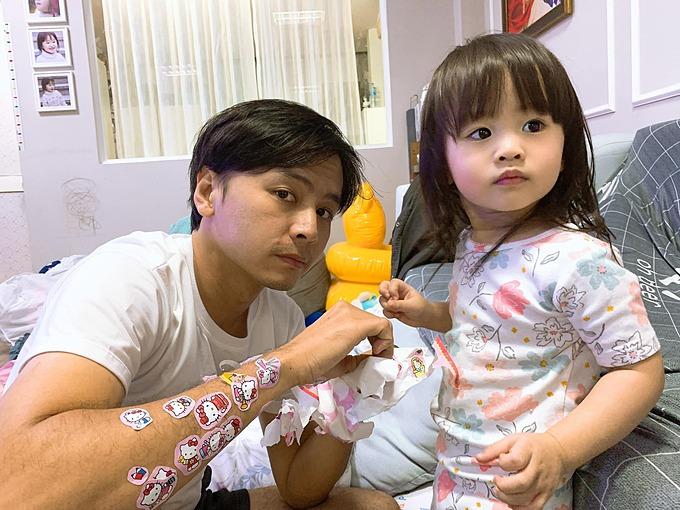 Hèn chi lâu lâu nghe tiếng hét từ ông chồng, thì ra wax lông, Tú Vi phì cười khi nhìn ông xã Văn Anh chơi với con gái.