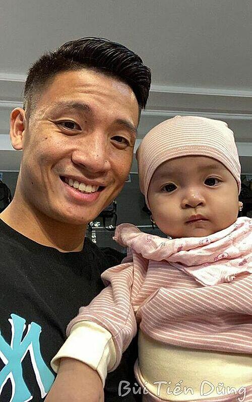 Cầu thủ Bùi Tiến Dũng pose hình cùng con gái gửi gắm tình yêu cho Đà Nẵng.