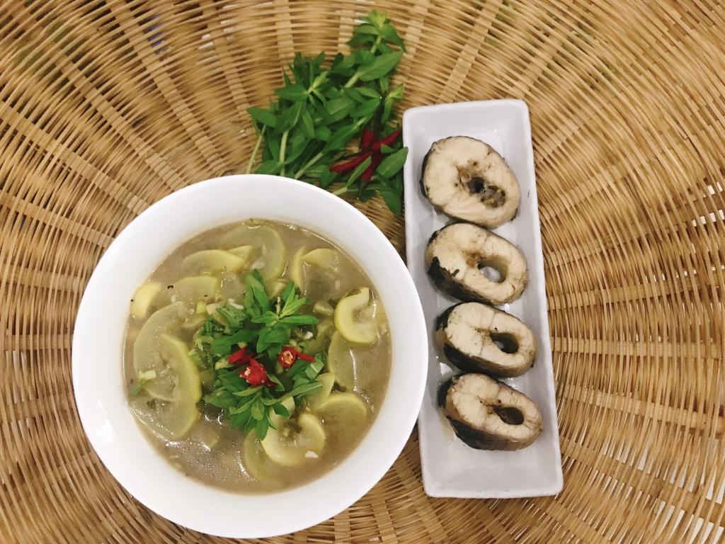 Canh chua cá lóc nấu bầu - một trong những món ăn dân dã do chị Nhung nấu, đã được gia đình chồng rất yêu thích.