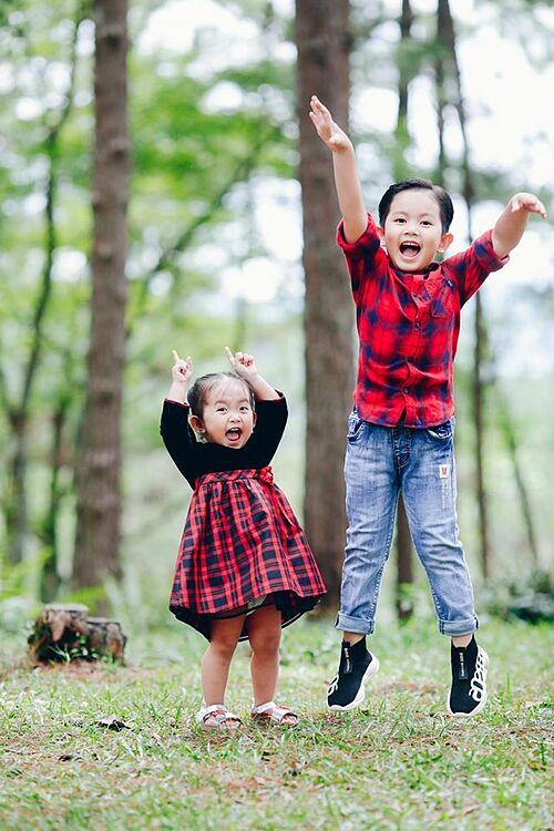 Khoảnh khắc vui nhộn của hai con nhà Khánh Thi - Phan Hiển.