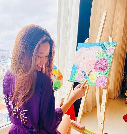 Hoa hậu Khánh Vân trổ tài vẽ tranh tại nhà.