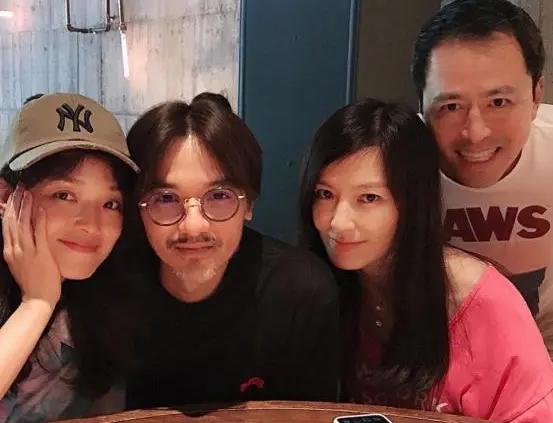 Thư Kỳ bên chồng và bạn bè. Bức ảnh được Lâm Hy Lôi đăng tải, kèm theo chia sẻ: Ăn tối với những người mình yêu.