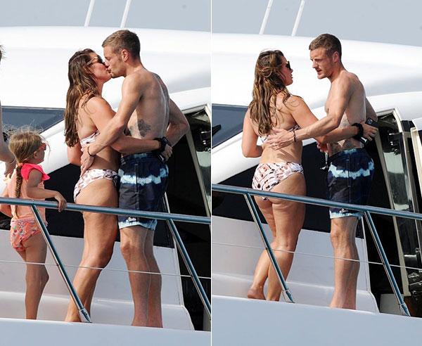 Vardy và bà xã không ngại ôm ấp và trao nhau nụ hôn đắm đuối trước mặt con gái khi du thuyền đang neo đậu ở đảo Formentera hôm 1/8. Gia đình tiền đạo người Anh lên đường đi nghỉ hè muộn vào cuối tuần trước.