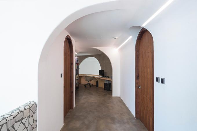 Bên cạnh là các phòng chức năng. Gia chủ ưu tiên gỗ mộc cho căn hộ thông tầng.
