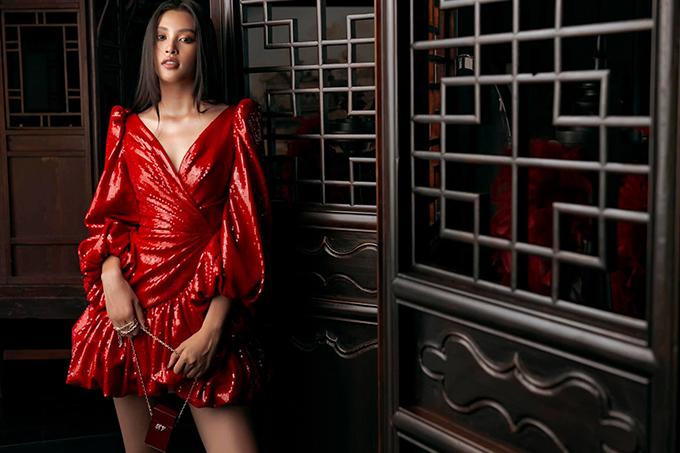 Vải sequins với nhiều tông màu nổi bật được Lê Thanh Hoà đưa vào bộ sưu tập mới nhất của anh. Tiểu Vy là một trong những mỹ nhân đầu tiên sử dụng dòng váy đi tiệc mùa hè thu của nhà mốt Việt.
