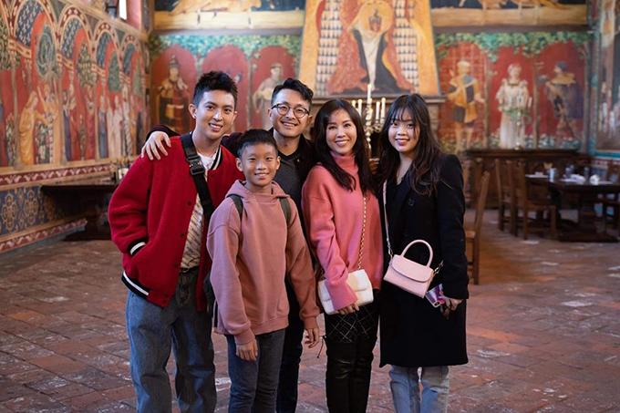 Tin và hai em của mình cũng ủng hộ mẹ trong chuyện tình với Trí Tống.