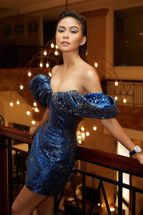 Đầm tạo khối ấn tượng của Lê Thanh Hoà giúp Mâu Thuỷ tôn vòng eo thon gọn và vóc dáng gợi cảm.