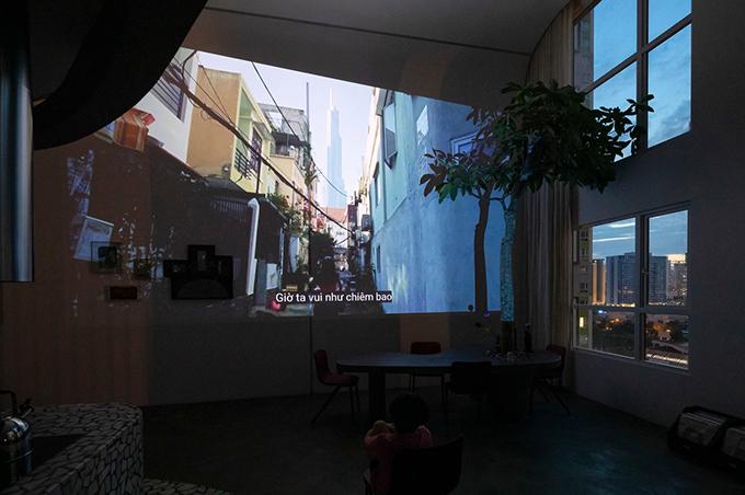 Mảng tường nhà được sử dụng để trình chiếu video, giúp chủ hộ có ngay rạp chiếu phim tại gia.