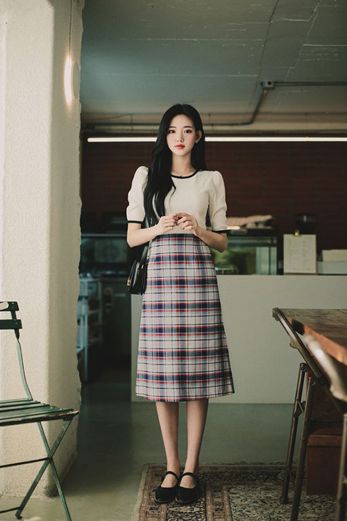 Một thời gian dài, vải ca rô bị chị em ngó lơ vì sự lên ngôi của các xu hướng màu trung tính, màu loang và trang phục đơn sắc.