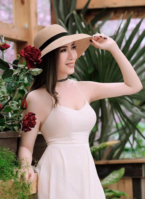Váy dây gợi cảm cũng là lựa chọn thường xuyên của Hoa khôi 18 thôn vườn trầu.