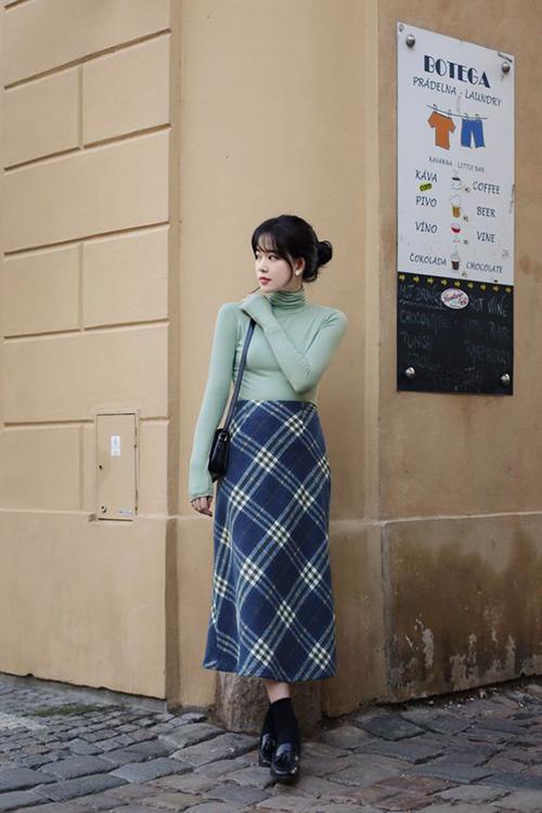 Lối mix màu ton-sur-ton giữa trang phục của áo và đường kẻ trên vải ca rô phù hợp với các cô nàng có chiều cao khiêm tốn.