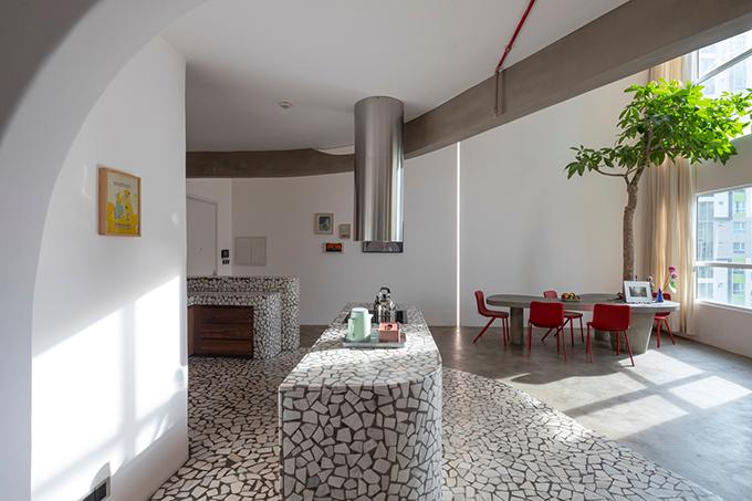 Không thể can thiệp vào cấu trúc vốn có của căn hộ từ trước nên nhóm KTS tìm cách để tạo sự hài hòa cho không gian sống.