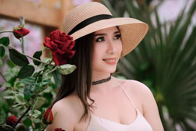 Người đẹp quê Hóc Môn, TP HCM thích gu thời trang hiện đại, nữ tính. Không còn hoạt động nghệ thuật nhưng thỉnh thoảng cô vẫn thỉnh thoảng làm mẫu ảnh.