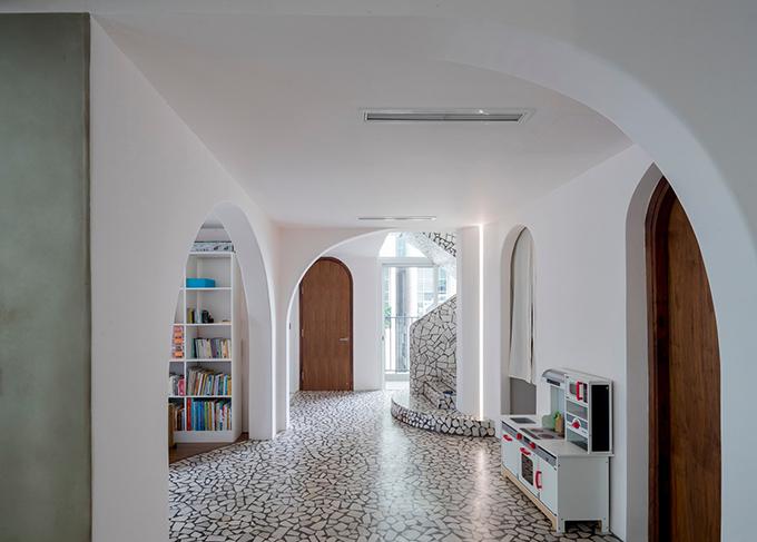 Kiến trúc hiện đại được du nhập vào miền Nam Việt Nam từ giữa thế kỷ 20, với nhiều công trình mang phong cách tân cổ điển Pháp. Các vật liệu xây dựng phổ biến của các toà nhà gồm bề mặt bê tông, gạch terrazzo, xi măng đã trở thành xu hướng ở Sài Gòn. Lấy cảm hứng xu hướng này, Mài sử dụng terrazzo làm vật liệu chính. Không dùng đến vật liệu phụ trợ như sỏi, đá cuội, mảnh vụn gợi nhắc kiến trúc những năm 1950-1960, căn hộ được lát gạch terrazzo kéo dài từ bếp ăn đến cuối cầu thang, được sắp xếp cẩn thận như bức tranh ghép hoa văn trừu tượng.