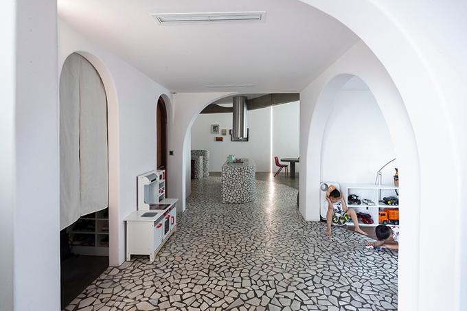 Mài sử dụng nội thất, các hình học tự nhiên như lỗ tròn, góc cong, mái vòm cong chia phòng, điều hướng ánh sáng. Tất cả các yếu tố thiết kế giúp căn hộ được tái định hình theo dạng hình học.