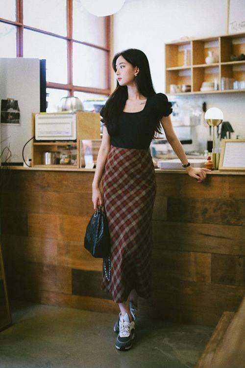 Cách kết hợp nhịp nhàng giữa hoạ tiết kẻ sọc ca rô đi cùng áo tay bồng sẽ giúp bạn gái có được vẻ ngoài ưa nhìn.
