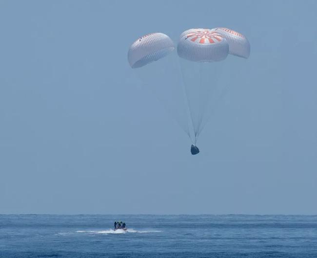 Tàu vũ trụ của SpaceX chở hai phi hành gia hạ cánh an toàn xuống vịnh Mexico, ngoài khơi Florida, Mỹ lúc 1h48 ngày 3/8. Ảnh: NASA.
