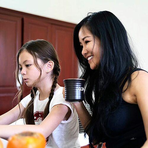 Con gái Hồng Nhung vẫn chăm chỉ học bài khi cách ly cùng mẹ tại trường quân sự tỉnh Quảng Ninh.