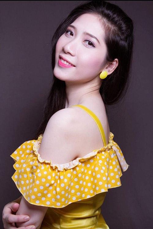 Váy dây vàng thiết kế bèo nhún ở ngực tôn vẻ điệu đà của Hoa khôi 18 thôn vườn trầu.