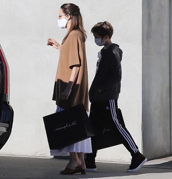 Cũng vì dịch bệnh, vụ ly hôn của Angelina và Brad Pitt tạm dừng lại. Ông bà Smith đã đệ đơn ly hôn từ tháng 9/2016. Sau thời gian căng thẳng, cặp đôi cũ giờ đã có mối quan hệ thân thiện để cùng chăm sóc bọn trẻ.