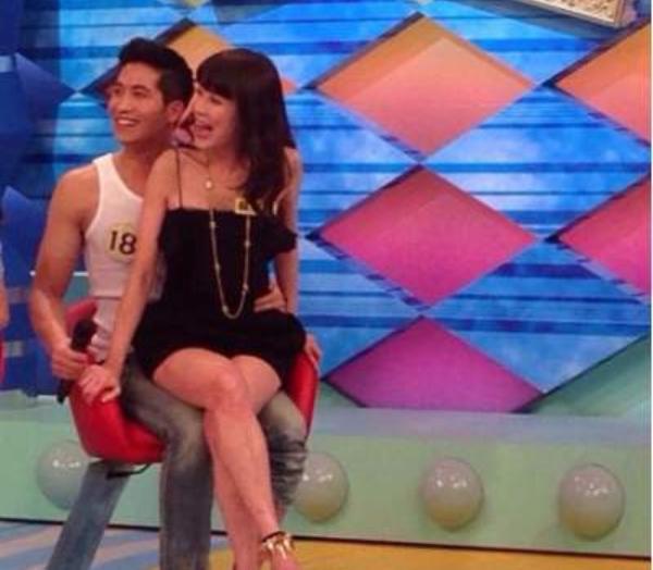 La Bái Dĩnh trong chương trình Khang Hy đến rồi, một show truyền hình rất nổi tiếng ở Đài Loan.
