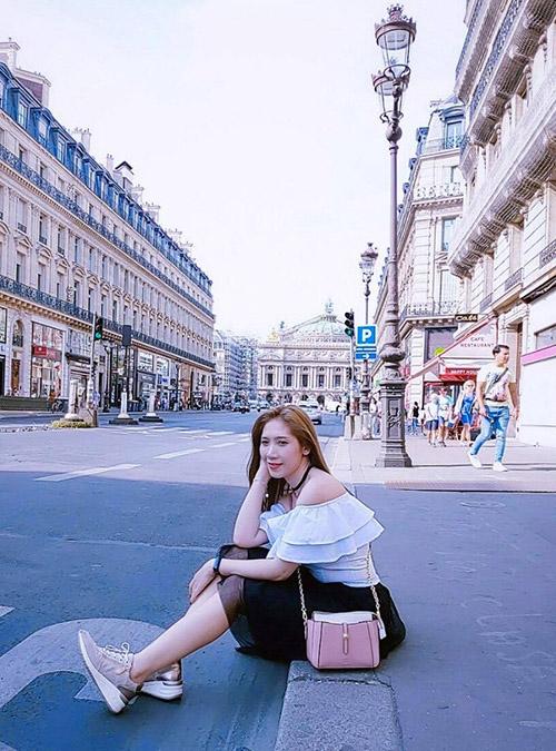 Dương Quỳnh Lisa diện váy trễ vai dạo chơi trên đường phố nước Pháp. Cô hiện định cư tại đây.