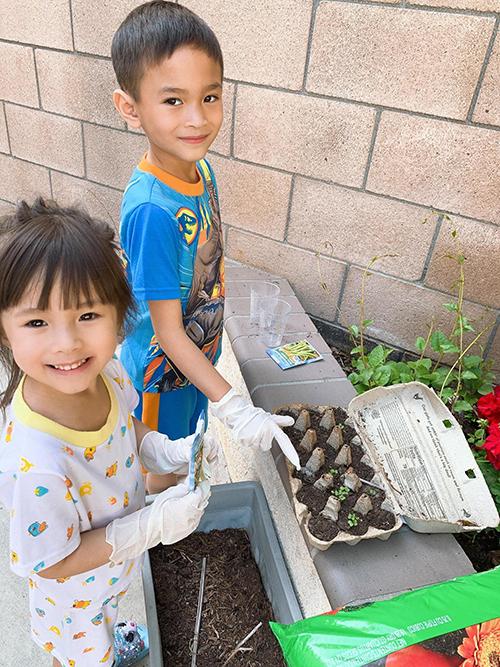 Tình yêu với hoa cỏ, cây cối của Thanh Thảo cũng được truyền tới các con. Các bé rất thích được ra vườn chơi, cùng mẹ chăm sóc cây mỗi ngày. Con trai Jacky Minh Trí, bé Jolie - cháu gái Thanh Thảo đang dùng hộp đựng trứng để ươm mầm hạt giống. Jacky thích trồng cây tới nỗi em còn cài app nghiên cứu xem cây nào có lợi, cây nào nên trồng trong vườn nhà.