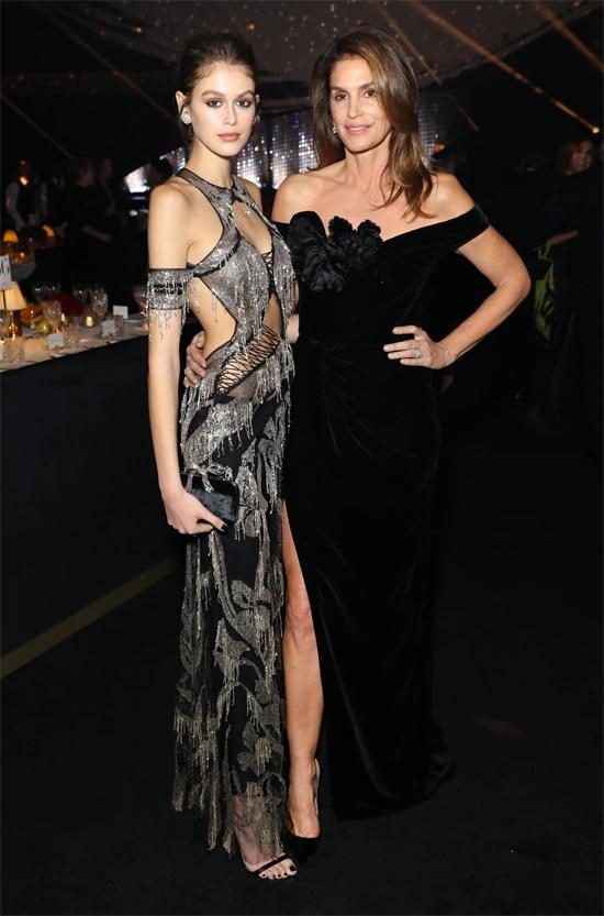 Con gái Cindy Crawford - Kaia Gerber - vốn nổi tiếng tài sắc vẹn toàn từ lâu. Kaia bước chân vào làng mẫu năm 16 và nhanh chóng trở thành một siêu mẫu thế hệ mới đắt giá. Ái nữ sinh năm 2001 được nhận xét sẽ còn tỏa sáng hơn cả mẹ.
