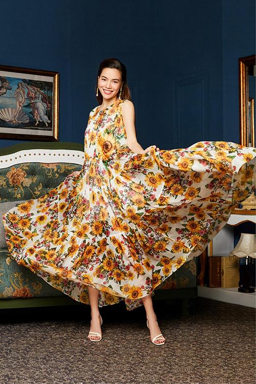 Váy maxi phủ họa tiết hoa hướng dương rực rỡ giúp Hồ Ngọc Hà thoải mái di chuyển, đồng thời che đi bụng bầu ngày một lớn dần.