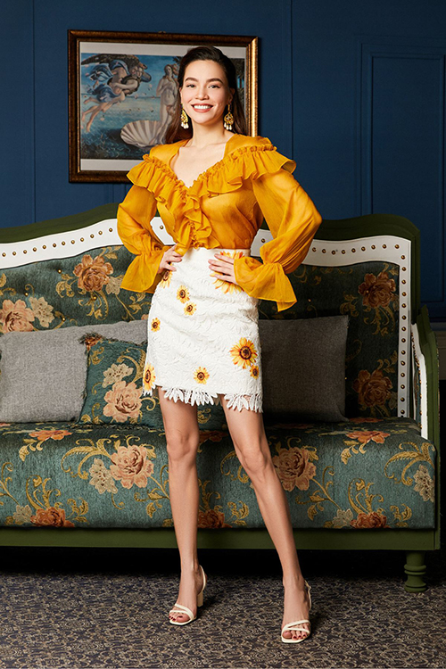 Chân váy ngắn in họa tiết hoa hướng dương đồng điệu với áo voan bèo nhún, tôn vẻ nữ tính cho người đẹp.