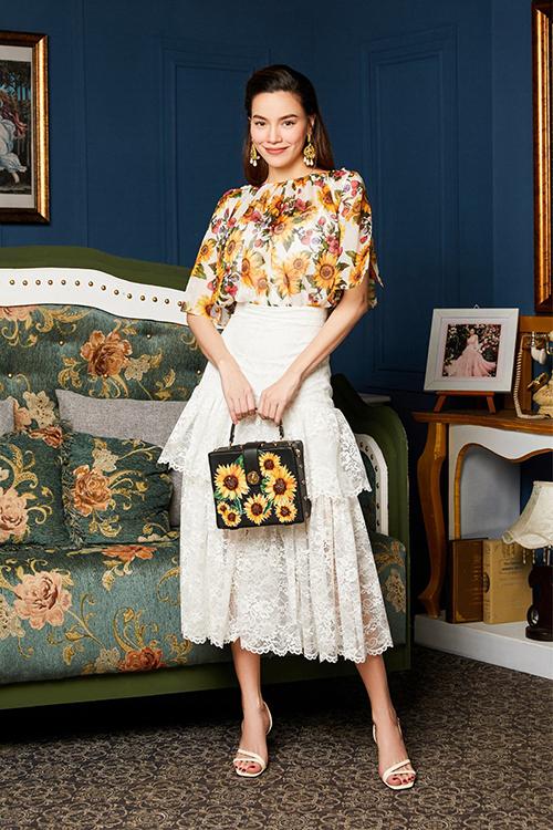 Nữ ca sĩ chọn sandals quai mảnh cùng túi xách đính hoa để hoàn thiện bộ trang phục mùa hè.