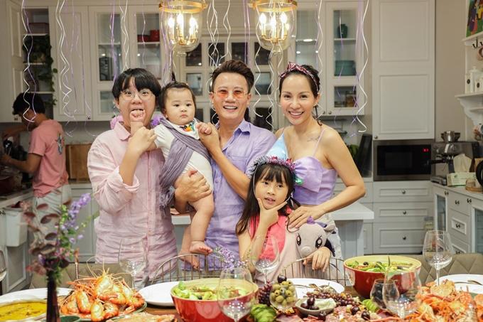 Gia đình ca sĩ Hoàng Bách.