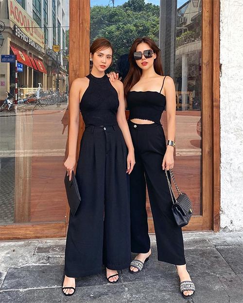 Khi dạo phố cùng Huyền Lizzie, Phương Anh phủ hàng hiệu với túi và vòng tay Chanel, dép Christan Dior... Cô tự nhận mình là một tín đồ của màu đen.