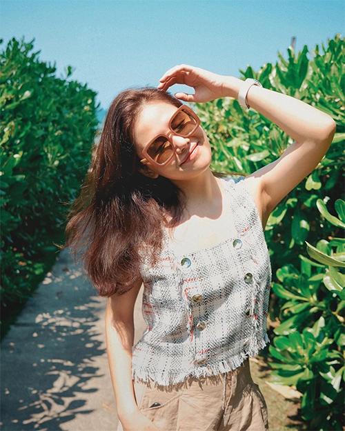 Từ khi lấy chồng, Phương Anh không thay đổi nhiều về phong cách thời trang. Cô thường gắn bó với hình ảnh trẻ trung, năng động.