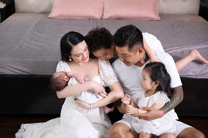 Gia đình Tuấn Hưng khi bé Sâm mới chào đời.