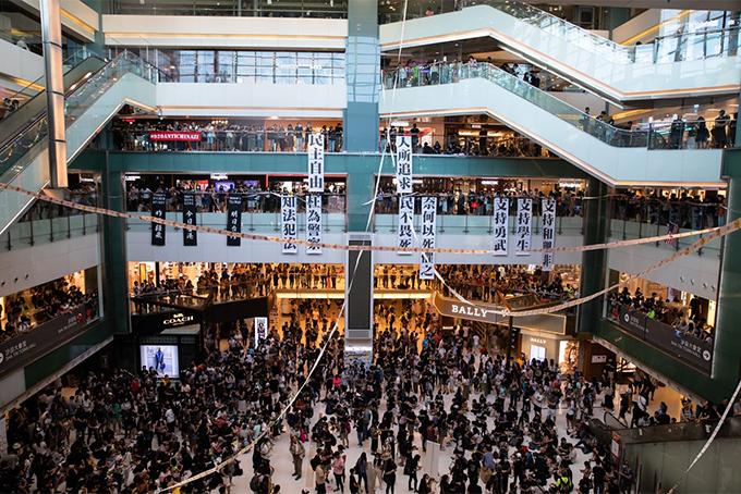 Một cuộc biểu tình bên trong trung tâm thương mại New Town Plaza của gia tộc Kwok vào tháng 9 năm 2019. Ảnh: Bloomberg.