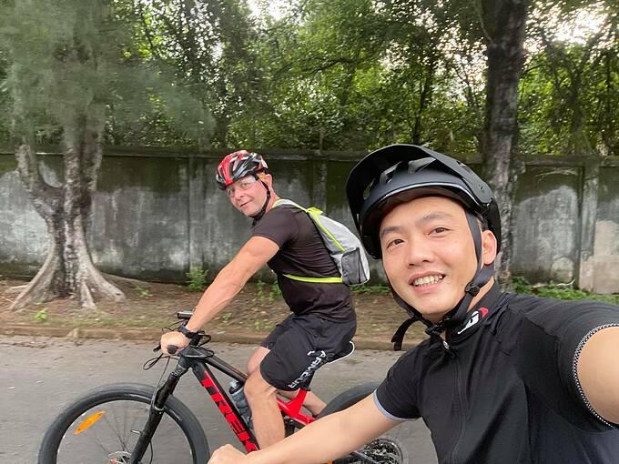 Cường Đôla đạp xe khởi đầu ngày mới.