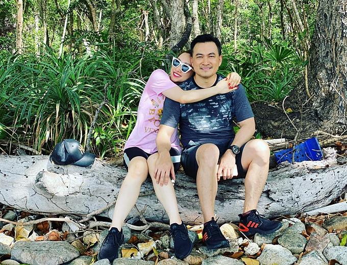 Diễn viên Chi Bảo tình cảm bên bạn gái Lý Thùy Chang trong chuyến công tác tại Côn Đảo.