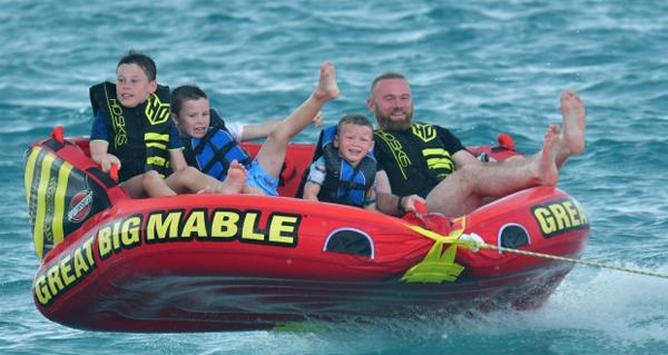 Rooney bên ba cậu con trai là Kai, Klay và Kit trong kỳ nghỉ ở Barbados.