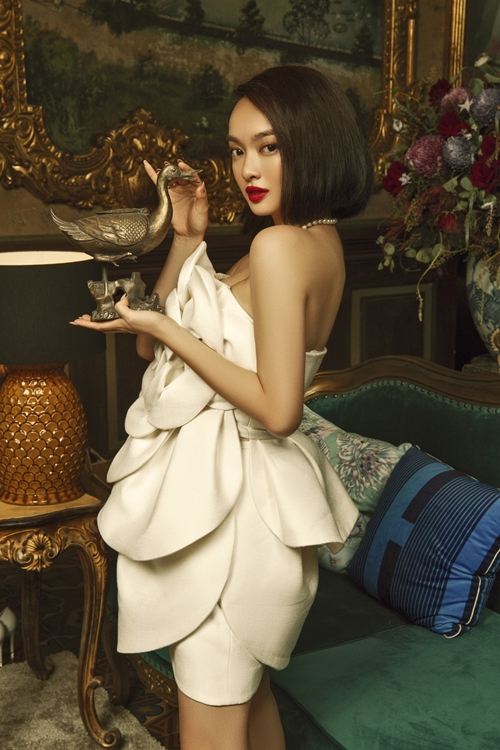 Trang phục của ba nữ chính trong phim do NTK Đỗ Mạnh Cường thực hiện. Đây là lần đầu anh đảm nhận vai trò giám đốc thời trang của một dự án điện ảnh.