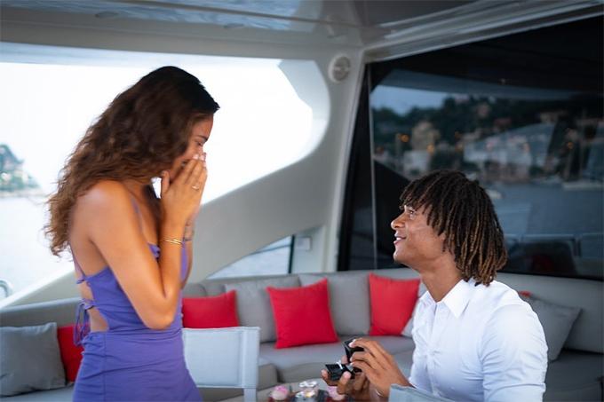 Hôm 4/8, trung vệ Nathan Ake của CLB Bournemouth khoe trên Instagram anh vừa cầu hôn cô bạn gái Kaylee Ramman trong kỳ nghỉ hè sau khi giải Ngoại hạng Anh kết thúc. Cầu thủ người Hà Lan quỳ gối mở hộp đựng chiếc nhẫn kim cương ngỏ lời với bạn gái và được cô đồng ý.