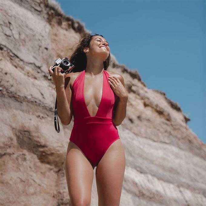 Bạn gái trung vệ người Hà Lan thường viết về các chủ đề du lịch, ăn uống và thời trang. Cô chuẩn bị cho ra mắt bộ sưu tập bikini được làm từ nhựa tái chế.