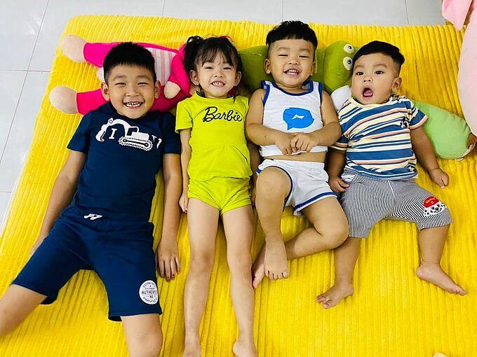 Vợ chồng Hải Băng - Thành Đạt chia sẻ khoảnh khắc vui nhộn của 4 con và hài hước nói: Đội hình này nhà em. Có phụ huynh nào muốn gửi gạo hay xin gạo không?.