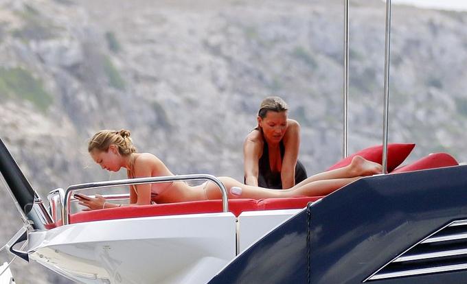 Hai mẹ con Kate Moss rất gắn bó với nhau, thường cùng tham dự các sự kiện thời trang.