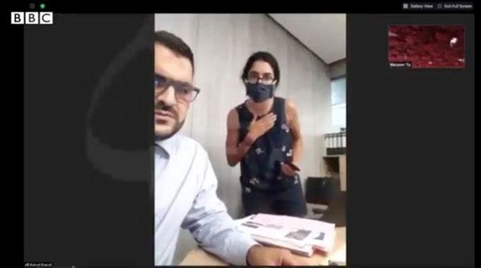 Ông Al-Aseel, giám đốc dự án cơ quan năng lượng bền vững sốc khi chứng kiến phóng viên Toumi của BBC bị bắn tung trong vụ nổ.