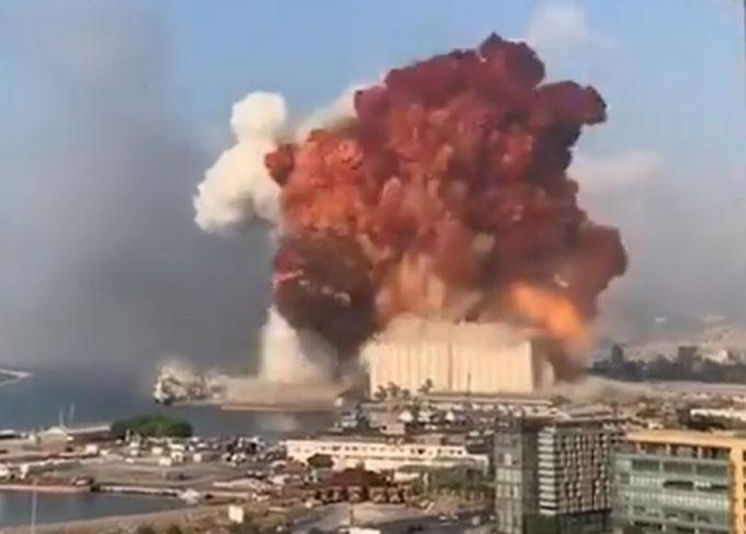 Khói lửa bốc lên trong vụ nổ ở Lebanon, thủ đô Beirut hôm 4/8. Ảnh: